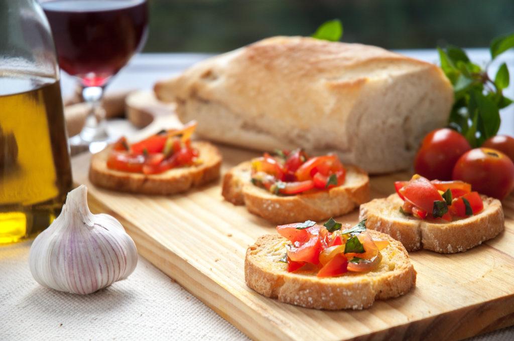 Fotografia profissional de Gastronomia de Angelo Avila - Deliciosa Bruschetta Napolitana. Torrada, tomate, alho, manjericão e azeite