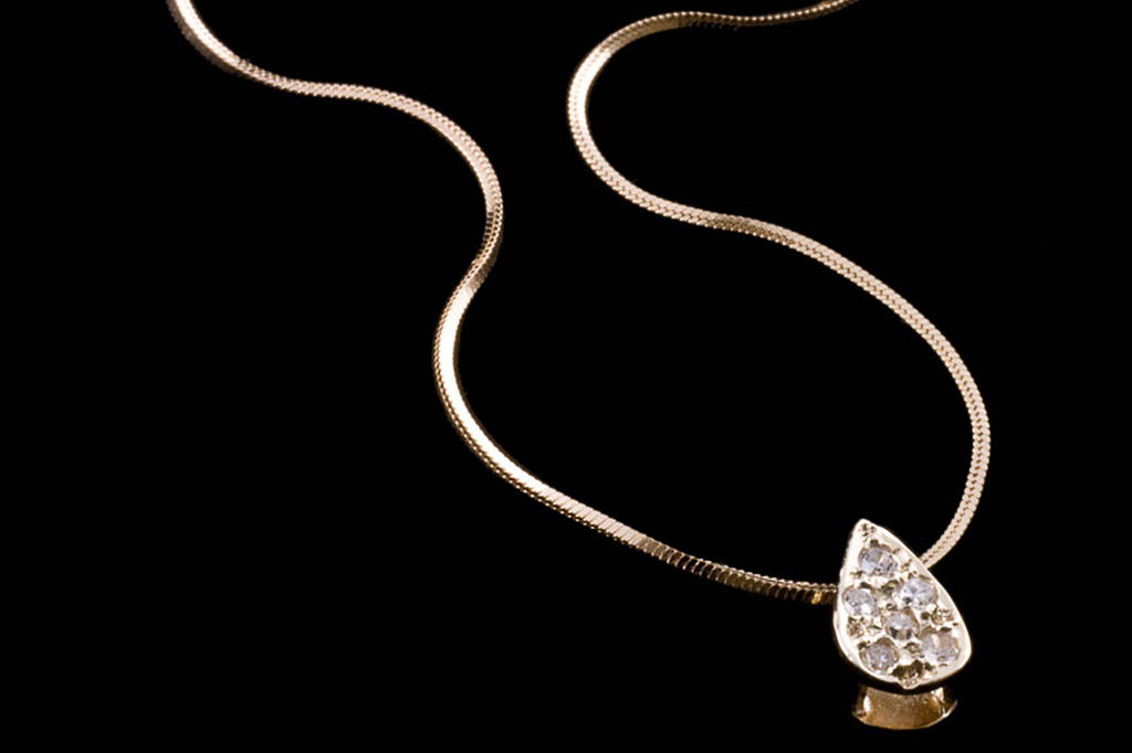 Fotografia de produto. Belíssima jóia de ouro fotografada por Angelo Avila