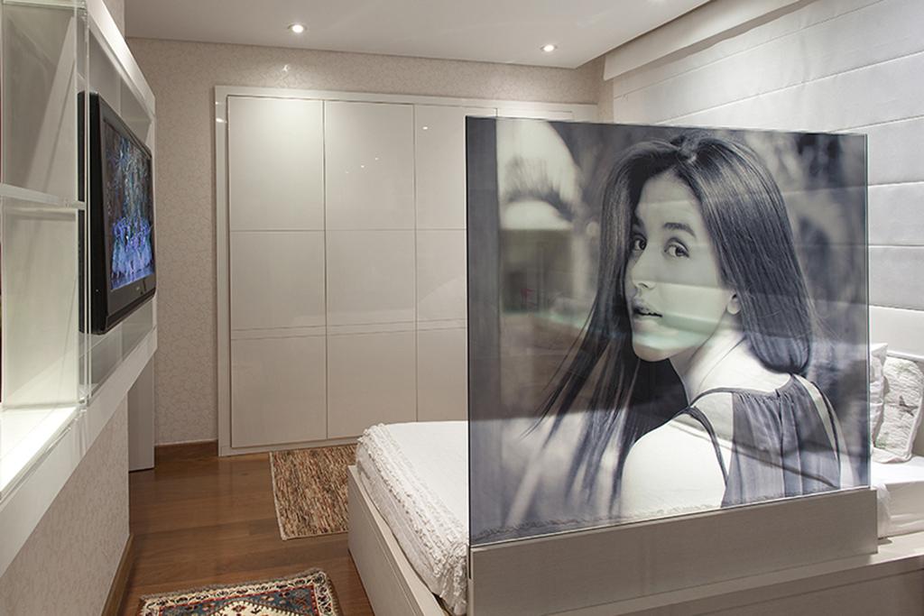 Fotografia inserida em painéis de vidro translúcido  que divide o ambiente